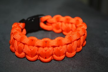 How to make paracord bracelets crafts creativebug auto for Paracord wallpaper