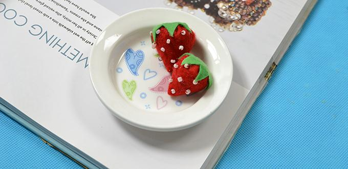 Are you interested in making home décor for kids? If yes, you must be attracted by today's Pandahall tutorial on how to make felt strawberry home décor for kids! It's pretty easy and funny to make! Hope you could get some inspirations from it. Now, please follow me to see HOW~