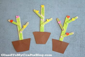 These cute cacti are made from popsicle sticks.