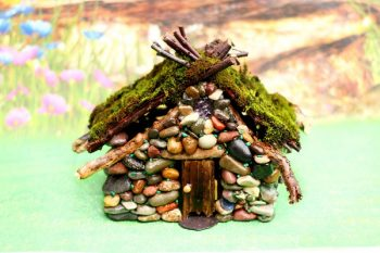 Free tutorial - Make your own fairy house with a real moss roof