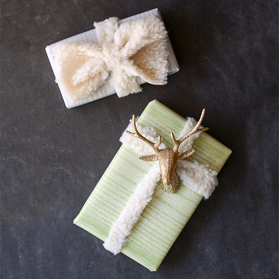 Free printable wood-grain wrapping paper and easy rustic-chic gift wrapping ideas, including DIY faux fur ribbon.